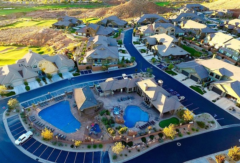 Coral Ridge Community 2 pools heated to 80 year around 2 large hot tubs