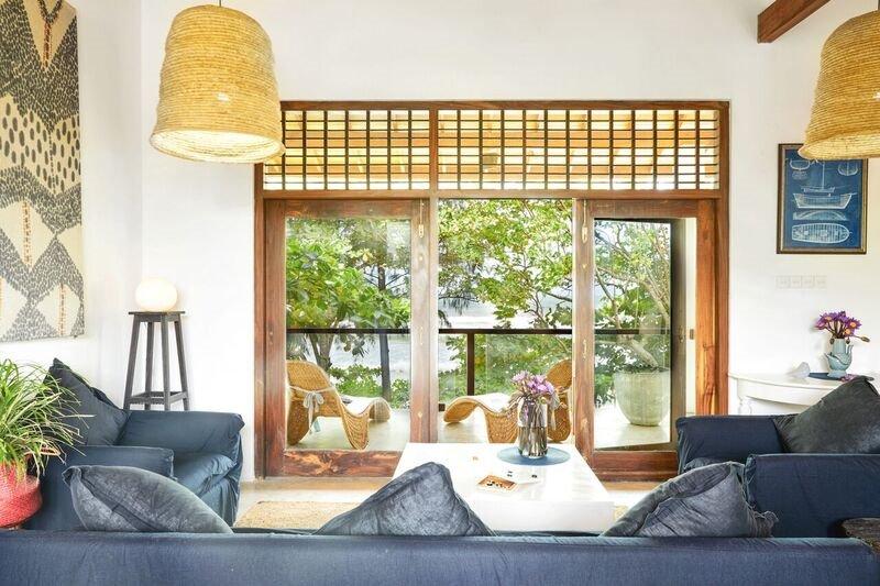 Sala de estar en planta alta con vistas al jardín y al agua.