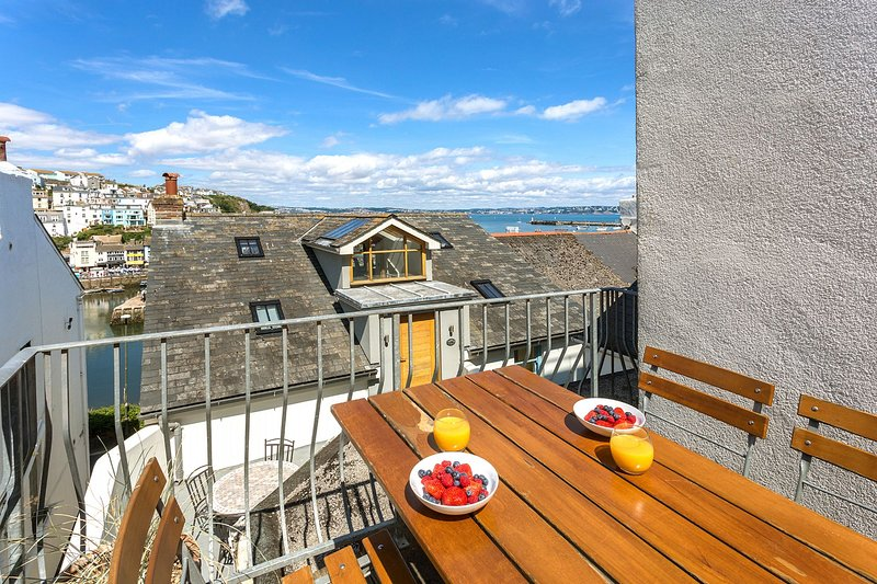 Sundeck - Specious 3 double bedroom, 3 bath apartment decorated in a modern seas, holiday rental in Brixham