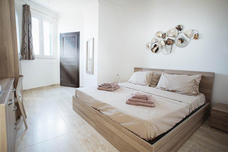 Zimmer 4 hat alle Annehmlichkeiten in einem anständigen Hotel. Die Betten können als 2 Einzelbetten oder als Doppelbett angeboten werden.