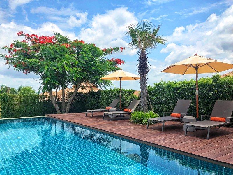 6 lettini con soffici teli piscina per rilassarsi sotto il sole o all'ombra di un ombrellone.
