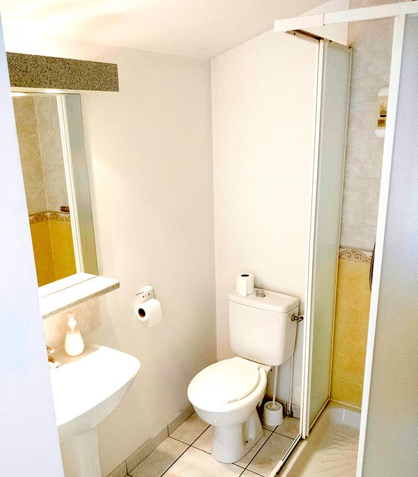 Shower room double room No 11