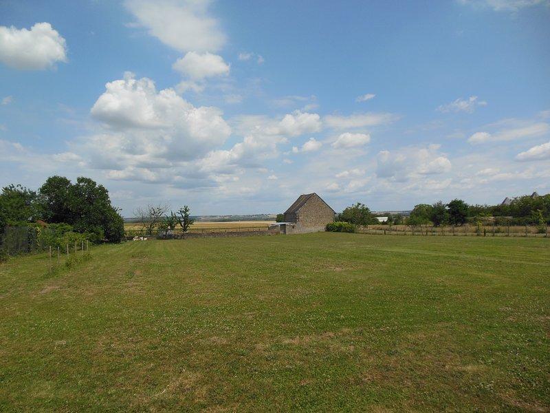 Vue de l'arrière du gîte à la campagne tranquille