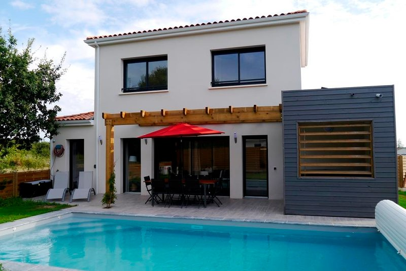 Luxury 4 bed 4 bath villa with private pool & hot tub on a residence with tennis, holiday rental in Saint-Augustin
