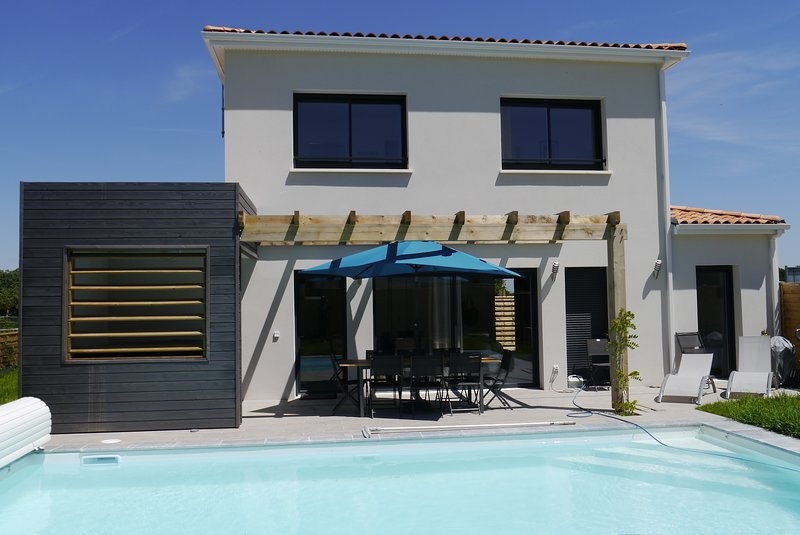 Luxury 4 bed 4 bath villa with aircon, hot tub & pool on a residence with tennis, holiday rental in Saint-Augustin