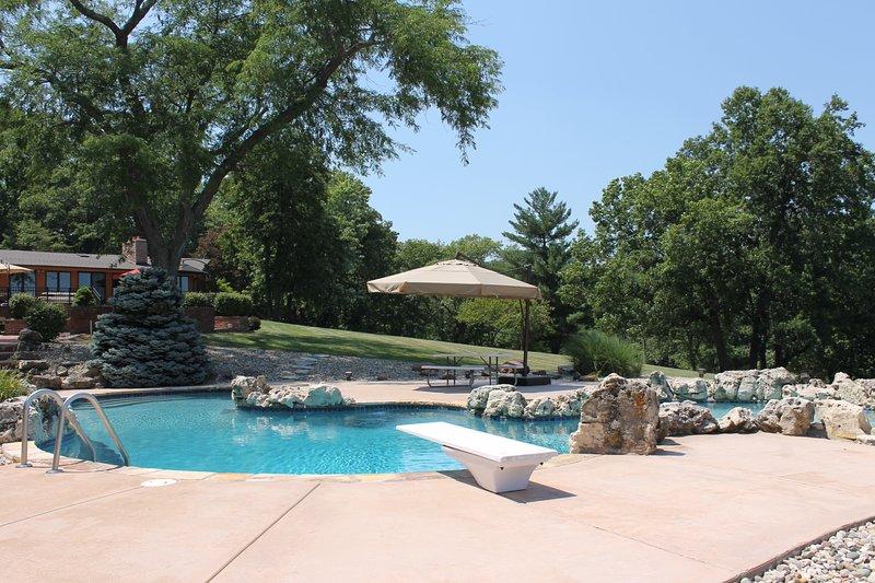 Área de la piscina con sombrilla