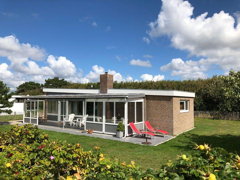 Charming detached beach house, at just 750m from the sand beaches, aluguéis de temporada em Breezand