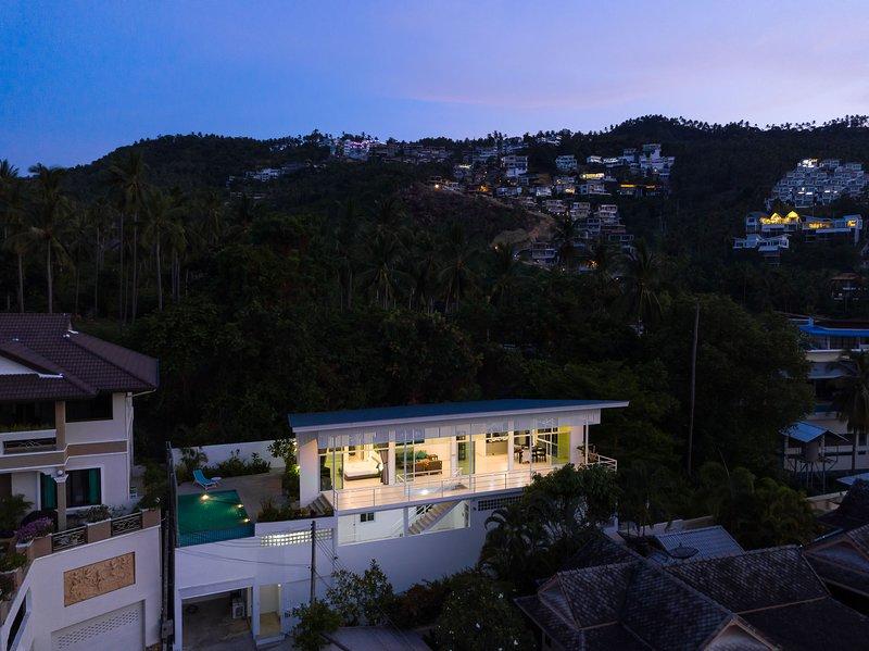 El barrio es una de las zonas más caras de Samui con muchas villas de lujo en la montaña.