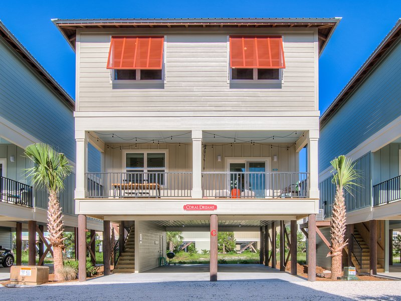 STUNNING pet friendly cottage Coral Dreams! Walk to BEACH, Hangout, pool!, alquiler de vacaciones en Gulf Shores