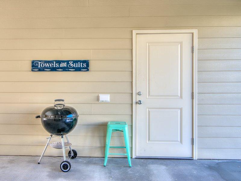Parrilla (gas ahora), taburete y un lugar para colgar toallas mojadas y trajes de baño en el garaje