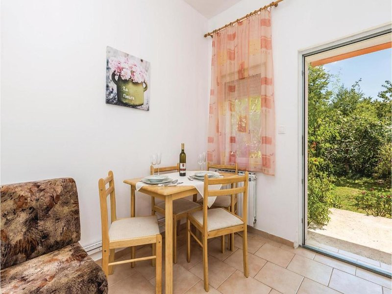 Hosti Apartment Sleeps 2 with Air Con - 5644051, vacation rental in Sarsoni
