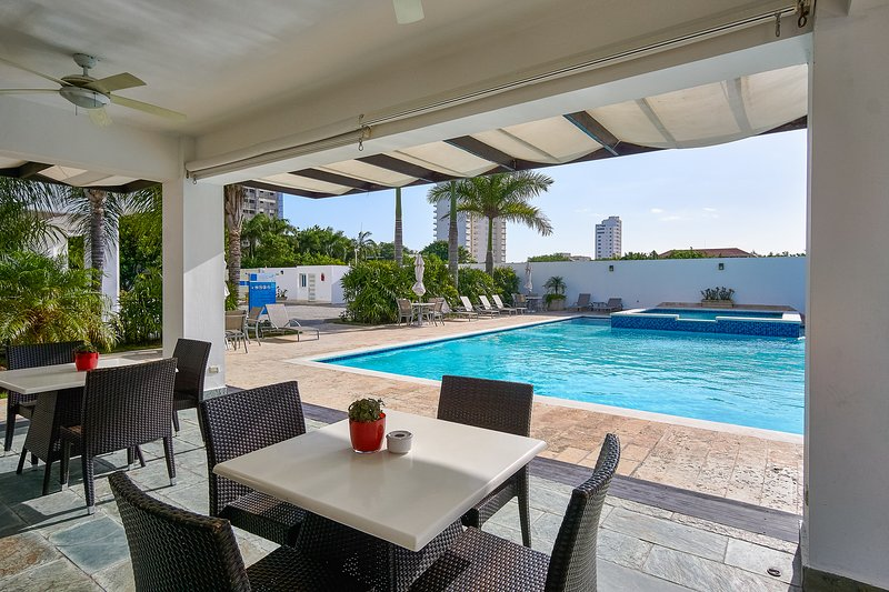 Amazing View 2BR walking distance from BEACH with pool and gym, aluguéis de temporada em San Pedro de Macoris