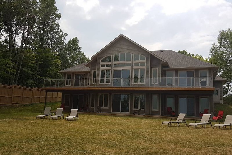 Luxury Cottage On Lake Simcoe SLEEPS 16+, alquiler de vacaciones en Beaverton