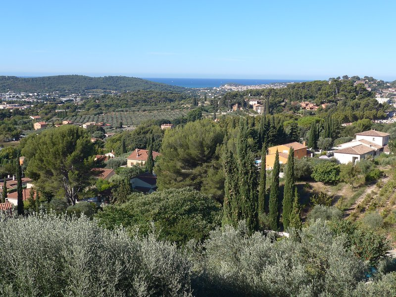 Apartment in a renovated villa very quiet with warme swimmingpool and nice view, holiday rental in Evenos