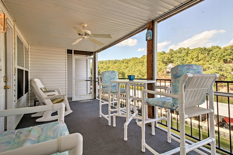 Waterfront Condo on Lake Ozark w/Boat Slip & Pool!, holiday rental in Tuscumbia