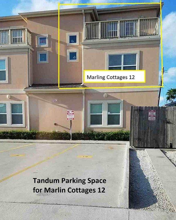 Dos vehículos pueden estacionarse en tándem en Marlin Cottages 12.