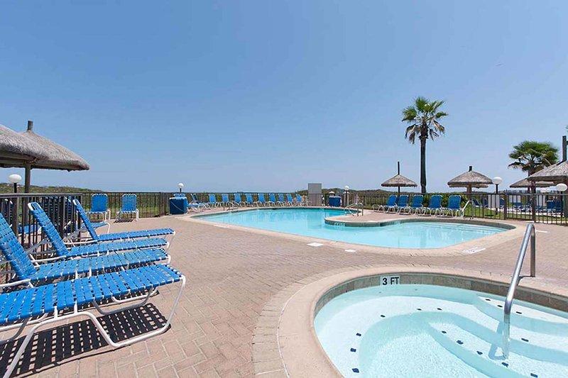Una delle due piccole piscine sulla spiaggia di Saida Towers.