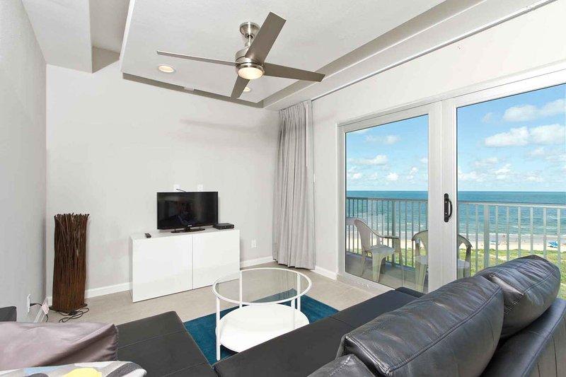 La sala de estar tiene una hermosa vista de la playa y el océano!