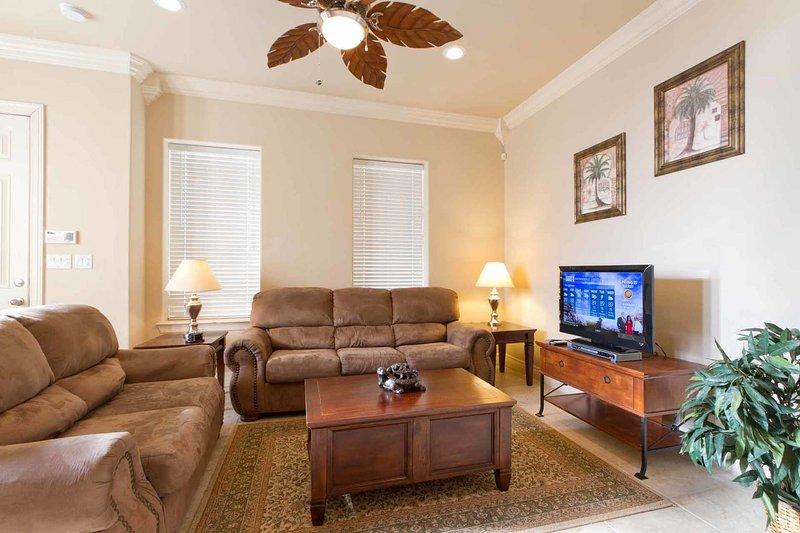 Há muito espaço para relaxar e relaxar na sala de estar.