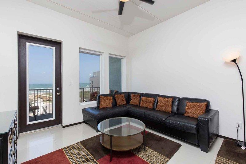El salón tiene una gran vista de la playa.