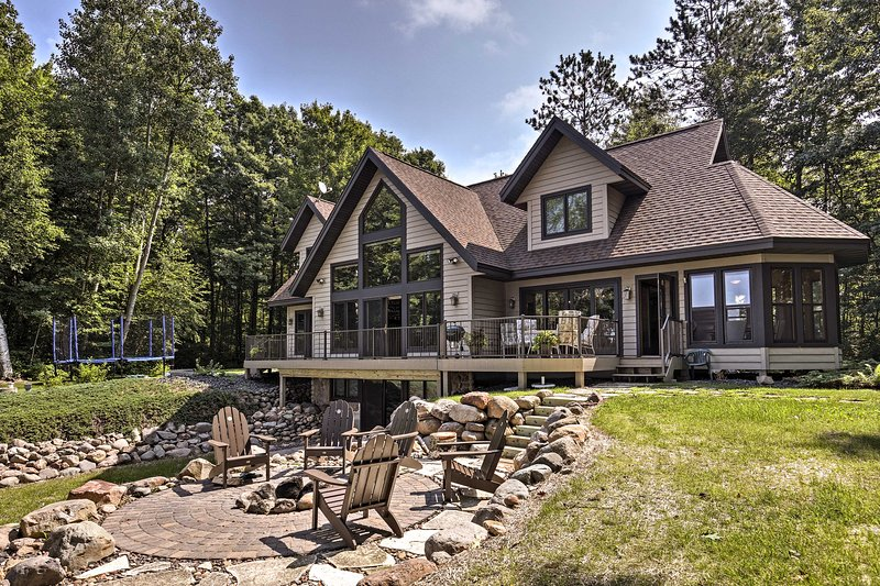 Lakefront Hayward Home w/ Fire Pit by Ski Trails!, alquiler de vacaciones en Radisson