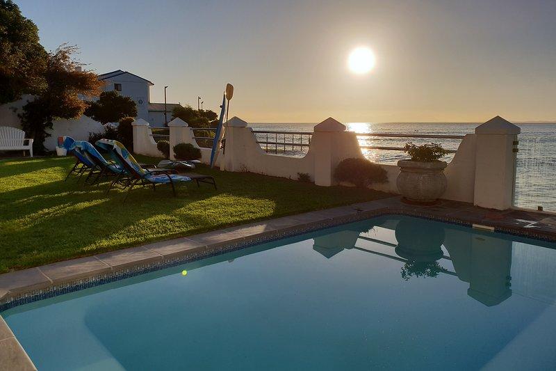ON THE BEACH! WESTBANK PRIVATE BEACH VILLA, sleeps 8!, location de vacances à Gordon's Bay