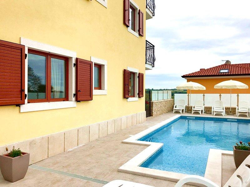 New nice Elia3 Savudrija, with pool, 2 bedrooms, free WiFi, near the beach, BBQ, holiday rental in Savudrija