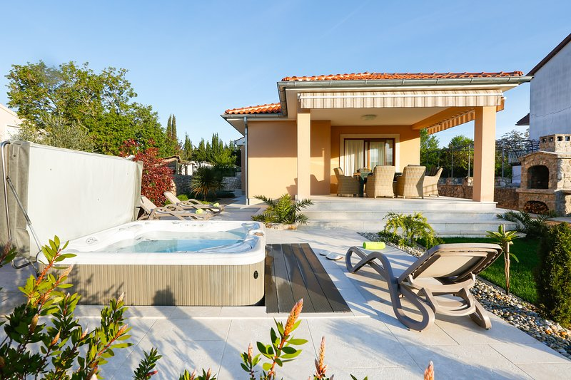 Villa Lavender's Breeze with Jacuzzi, BBQ and bicycles, holiday rental in Kornic