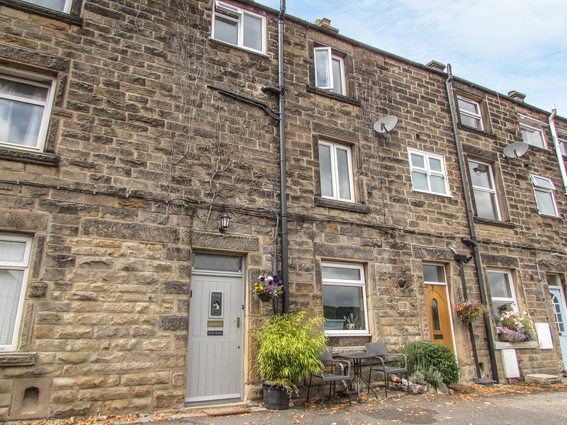 ROCK COTTAGE, over three floors, close to town centre, rural views, in Bakewell, holiday rental in Great Longstone