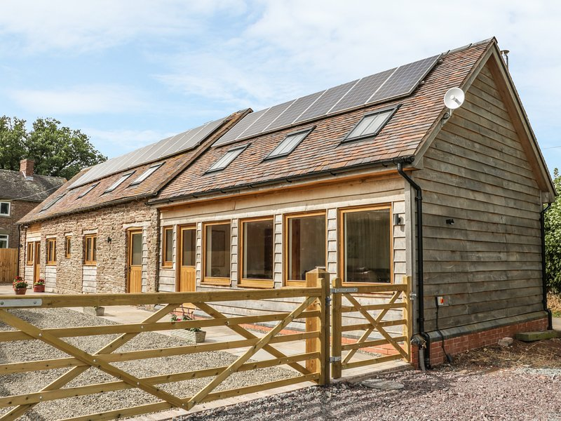 BARN CONVERSION, exposed beams, near Ludlow, holiday rental in Diddlebury