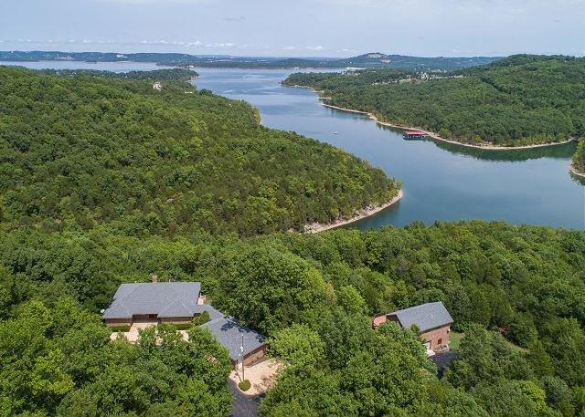 Gorgeous, Pet-Friendly Table Rock Lake Home W/ Guest House and Views! Private, location de vacances à Blue Eye