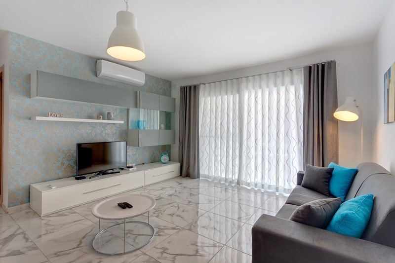 Luxury 2 Bedroom Apartment by the Sea  (ENHANCED CLEANING PROTOCOL), holiday rental in Qawra