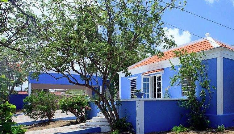 Frente de la casa con una terraza muy agradable para disfrutar del Caribbean Breeze