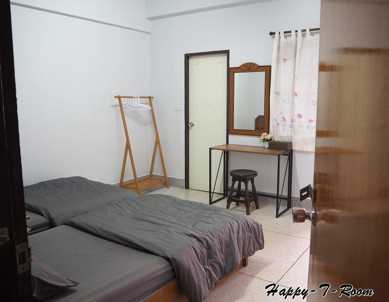 Happy-T-Room (Hostel & Friendly city tour) #Fan-1#, location de vacances à Phitsanulok