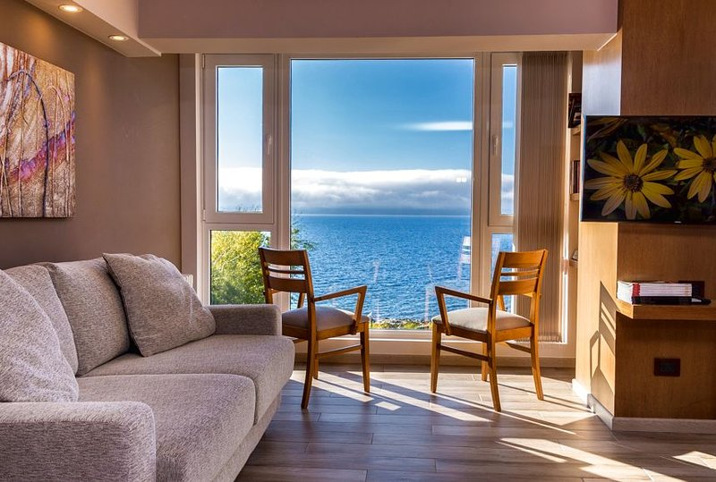 Brand new luxury rental right on the lake shore, alquiler de vacaciones en San Carlos de Bariloche