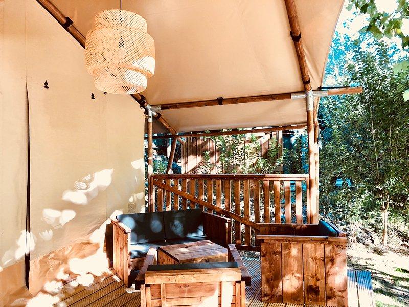 Tente Lodge haut de gamme toute équipée pour 6 personnes avec spa, location de vacances à Suze-la-Rousse