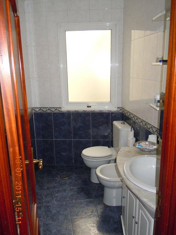 Banho (toalhas, secador de cabelo, gel, xampu e papel higiênico incluído). Exterior com janela.