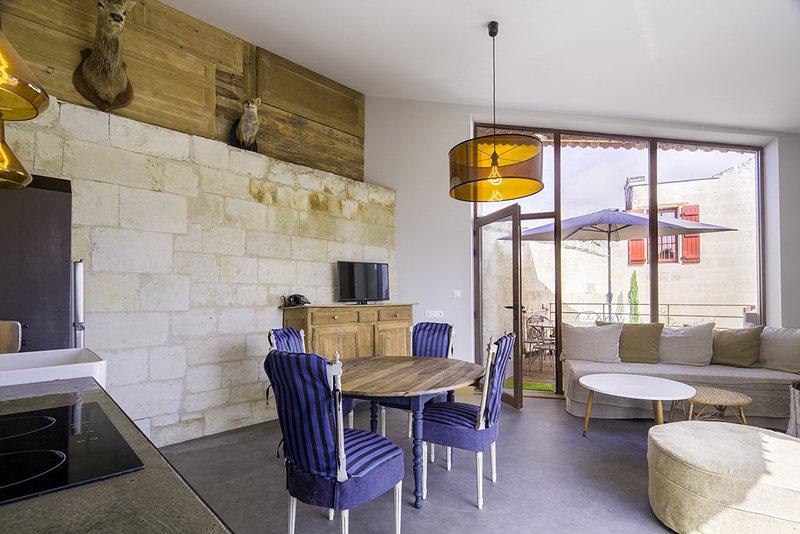 #10 LOIRE Suite du Chateau de Moh 1er etage:living room (canapé lit convertible)