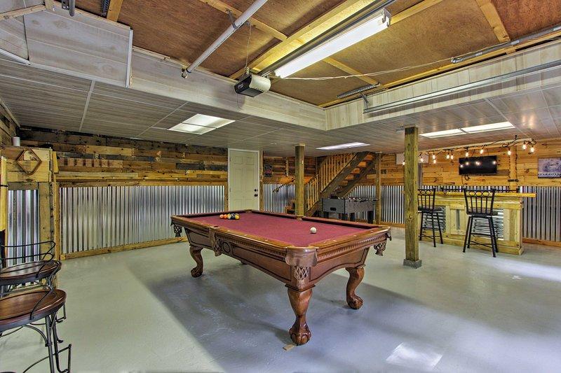 Rilassati con il tuo equipaggio di 5 e goditi la sala intrattenimento al piano di sotto.