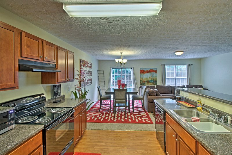 Spacious Townhome - 20 Minutes to Dtwn Atlanta!, vacation rental in Ellenwood