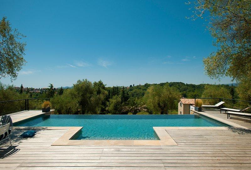 "EXEPTIONAL INTERIOR DESIGNED PROPERTY ""BRAMAFAM"" Cannes/Valbonne pool heated, location de vacances à Grasse"