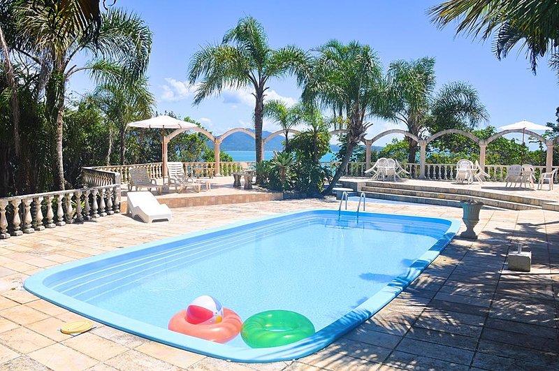 Villa de 6 quartos com conexão direta com a praia. Natureza e tranquilidade., holiday rental in Florianopolis