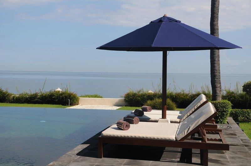 Villa Insulinde pool facig the Bali Sea