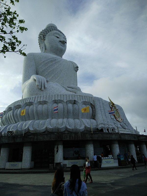 Big  buddha  ci  sorveglia  e protegge dall alto