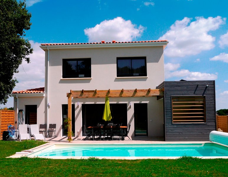 4 bed 4 bath luxury villa with pool & hot tub with sports facilities onsite, holiday rental in Saint-Augustin