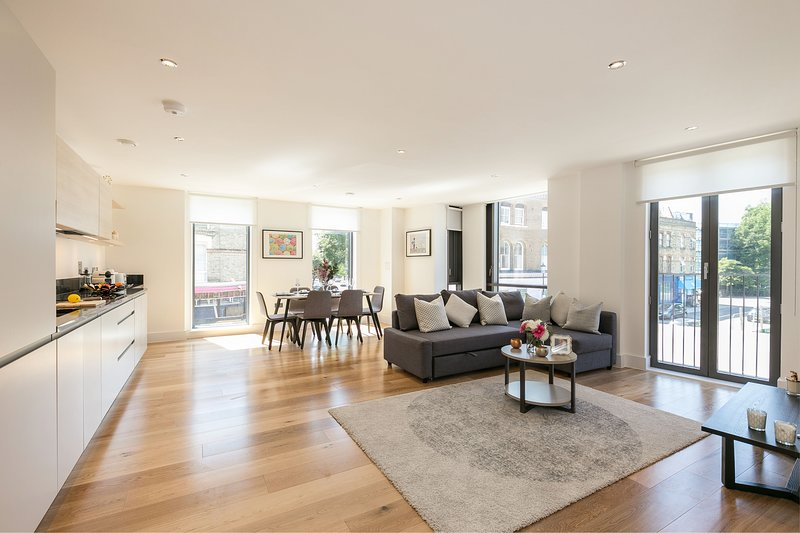 Modern and very spacious flat with balcony just by Portobello Road, holiday rental in Acton