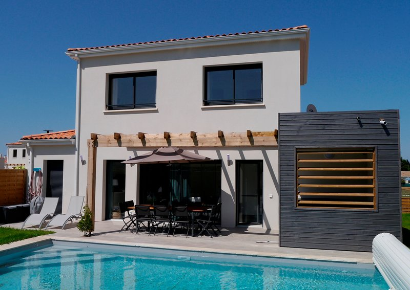 4 bed 4 bath luxury villa with private pool, hot tub and sports facilities, holiday rental in Saint-Augustin