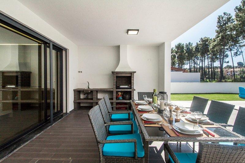 Valadares Villa Sleeps 8 with Pool - 5666539, holiday rental in Fernao Ferro