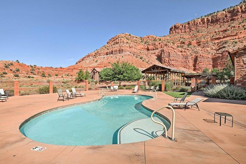 Detta hem erbjuder en rad lyxiga bekvämligheter inklusive en gemensam pool!