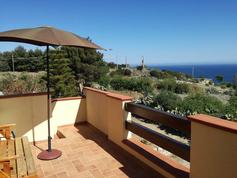 Nice apartment with sea view, location de vacances à Lu Bagnu